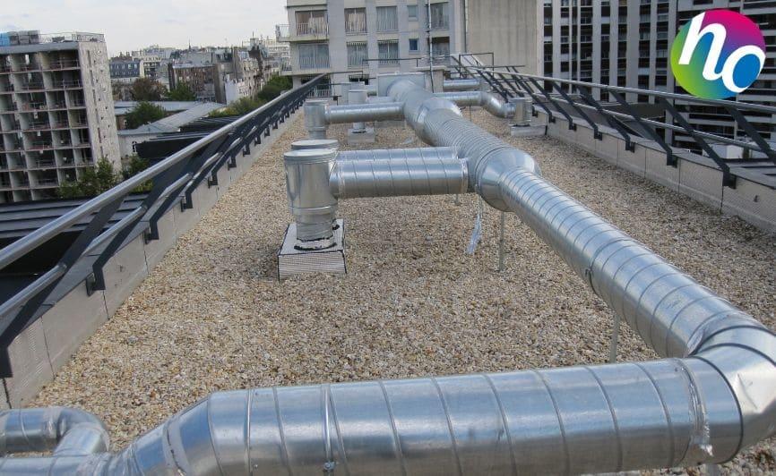 Bouche de VMC sur un toit d'un immeuble